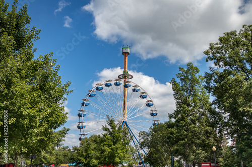 Foto op Plexiglas Amusementspark Amusement Park with Ferris Wheel and Skyscaper fall