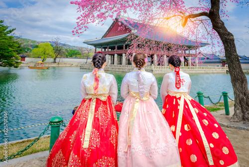 Fotografía  Cherry Blossom with Korean national dress at Gyeongbokgung Palace Seoul,South Korea