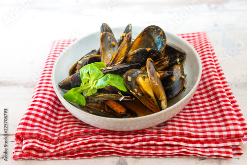 Fotobehang Schaaldieren Mussel with white wine sauce on table
