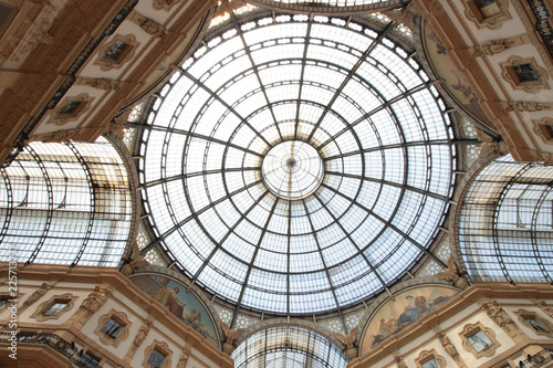 In de dag Milan Galleria Vittorio Emanuele II is one of the world's oldest shopping malls. It was designed in 1861 and built by architect Giuseppe Mengoni between 1865 and 1877.