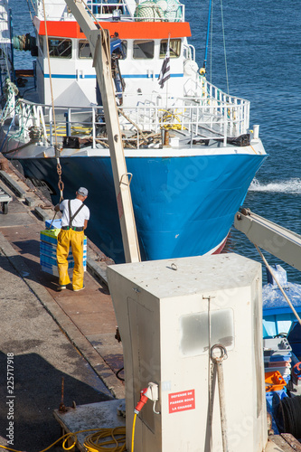 Foto op Aluminium Poort Déchargement d'un bateau de pêche dans le port du Guilvinec (Finistère)