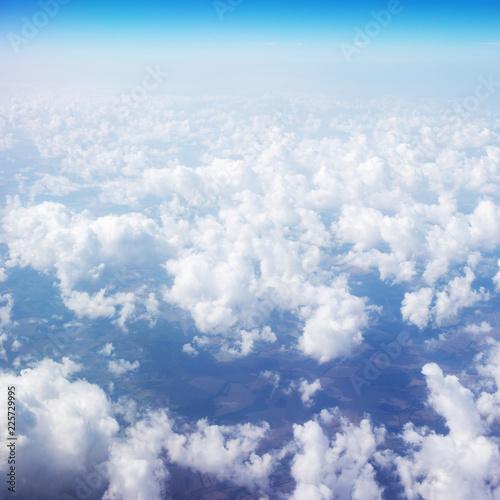 Piękne niebo nad chmurami. Widok z okna samolotu z błękitne niebo i puszyste chmury