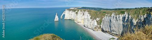Vue panoramique des falaises et de l'aiguille d'Etretat en Normandie, France