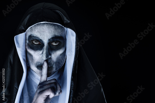 Fotografía  frightening evil nun asking for silence