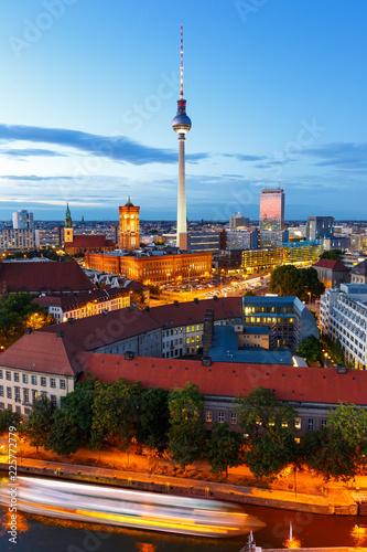 Keuken foto achterwand Centraal Europa Berlin Skyline Fernsehturm Rotes Rathaus Hochformat Abend Deutschland Stadt