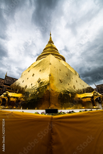 Deurstickers Bedehuis Golden pagoda in Phra Singh temple