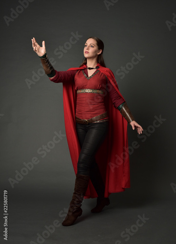 Photo  full length portrait of brunette girl wearing red medieval costume and cloak