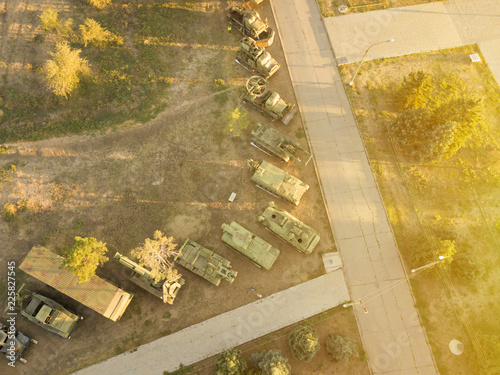 Photo  aerial view of row of military vehicles machines during sunset d