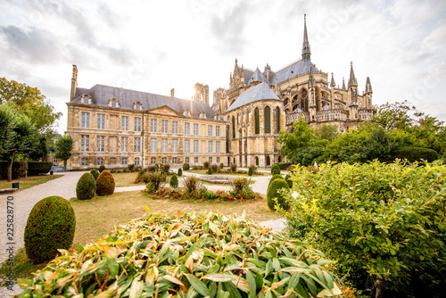 Foto auf Leinwand Historisches Gebaude Gardens in Reims city, France