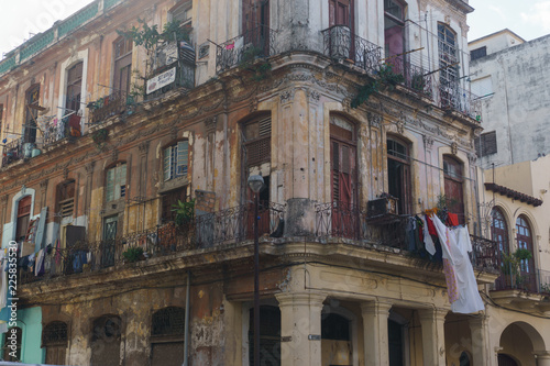 In de dag Havana habana, cuba - January 09, 2017: front view of old building in cuba