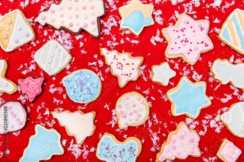 Bunte Plätzchen oder Kekse mit Dekoration auf Rot, Konzept Weihnachten