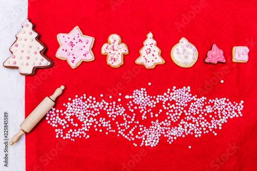 Plätzchen oder Kekse für Weihnachten mit Zuckerperlen auf Rot