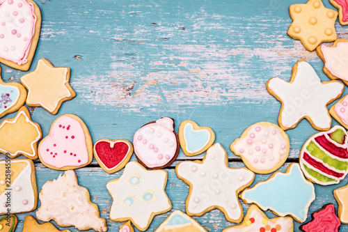 Plätzchen oder Kekse mit Dekor und Zuckerguss, Textfreiraum auf Holz Blau