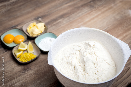 Zutaten für einen Kuchen oder Plätzchen auf dem Tisch