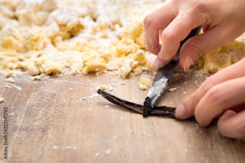 Frau beim Backen, Vanilleschote wird ausgekratzt, frische Vanille