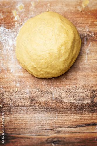 Teigkugel auf Tisch, frischer Teig für Plätzchen und Kekse oder Kuchen