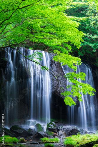 Naklejka na szybę Wodospad w górach Japonii