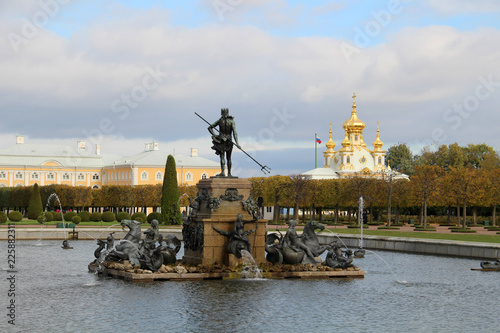 In de dag Historisch mon. Ancient statue and fountain in Petergof on background of palace