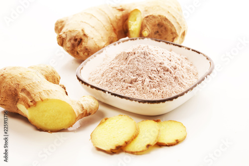 Fotobehang Aromatische Ginger root and ginger powder in the bowl
