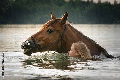 Photo  Mädchen und Pferd baden im See