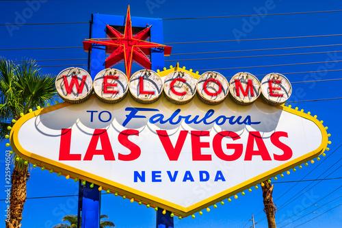 In de dag Las Vegas Welcome to Fabulous Las Vegas Nevada, popular landmark Las Vegas Sign on Las Vegas Strip at entrance of the city. Nevada, Unites States. Blue sky.