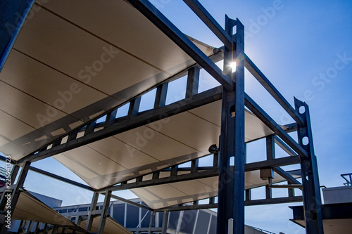Fotografia Sail shade pergola made of galvanized steel and white canvas tall standing stron