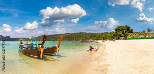 Foto op Plexiglas Asia land Traditional thai boat on Phi Phi Don