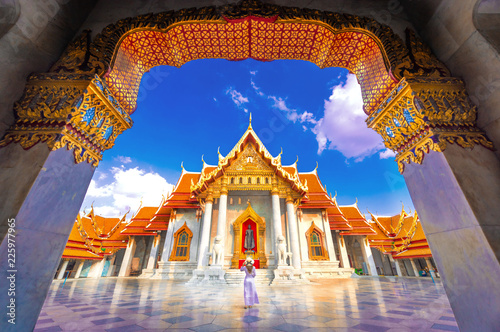 Foto  Asian woman visit the beauty of Wat Benchamabophit,Bangkok Thailand