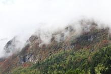 Dichte Wolken An Felswand Im Gebirge, Bohinj, Slowenien