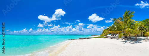 Spoed Fotobehang Strand Tropical beach in the Maldives