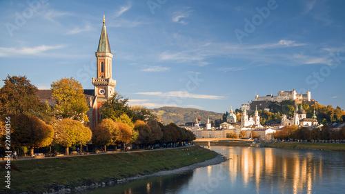 In de dag Centraal Europa Salzburg in der Herbstabendsonne, Blick auf Christuskirche mit Makartsteg, Festung Hohensalzburg, Dom, Altstadt