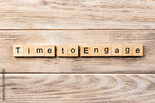 Платно Time to engage word written on wood block