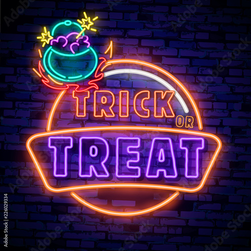 La pose en embrasure Halloween Halloween neon sign vector. Trick or treat Halloween Design template with ghost and web for banner, poster, greeting card, party invitation, light banner.
