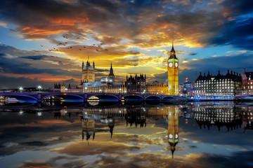 Panorama des Bezirkes Westminster mit Big Ben und Parlamentsgebäude in London bei Sonnenuntergang