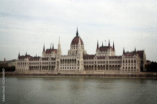 Parlamento de Budapest y río Danubio en Hungría.