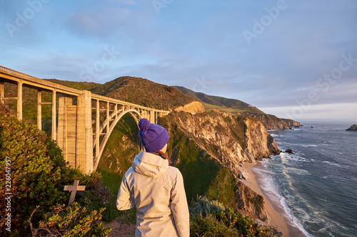 Keuken foto achterwand Verenigde Staten Woman tourist near Bixby Creek Bridge in California