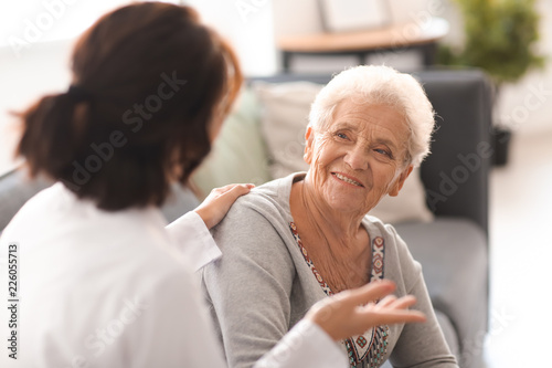 Photo Young doctor visiting elderly woman at home