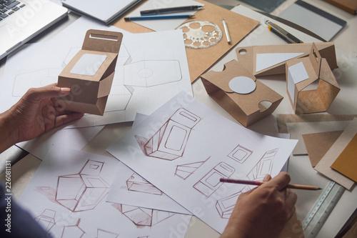 Fotografía  Designer sketching drawing design Brown craft cardboard paper product eco packaging mockup box development template package branding Label
