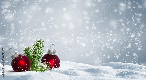 Rote Christbaumkugeln.Fototapeta Rote Christbaumkugeln Im Schnee