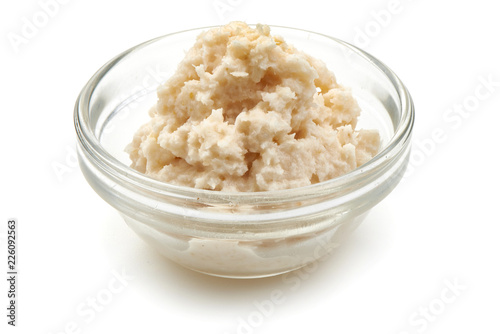 Grated horseradish sauce in small glass bowl, close-up, isolated on white background Canvas-taulu