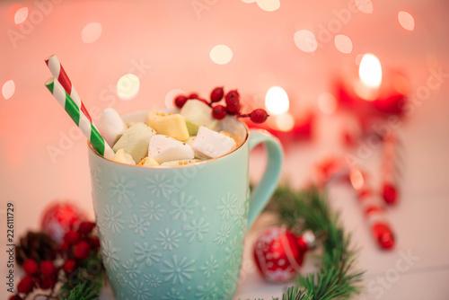 Staande foto Chocolade Heiße Schokolade mit Marshmallow an kalten Wintertagen genießen