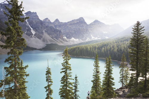 Fotobehang Bergen Scenic view of lake by mountains against sky at Jasper National Park