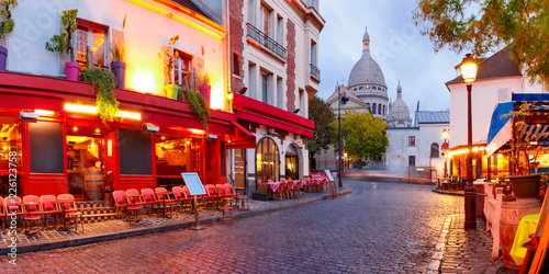 Fotobehang Parijs The Place du Tertre with tables of cafe and the Sacre-Coeur in the morning, quarter Montmartre in Paris, France