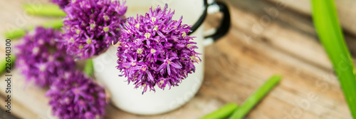 Tablou Canvas Closeup of flowering chives with shallow depth of field and focus concentrated o