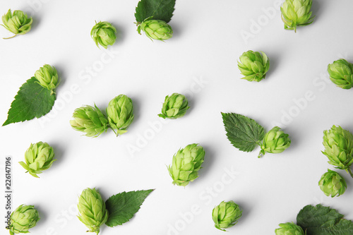Photo Fresh green hops on white background, top view. Beer production