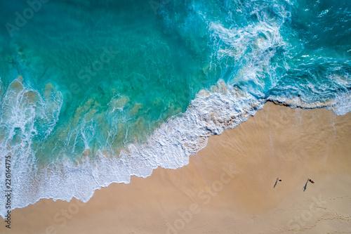 widok-z-lotu-ptaka-tropikalna-piaskowata-plaza-i-blekitna-ocean-fala