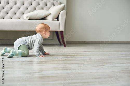 Fotografie, Obraz little baby boy crawling on floor at home