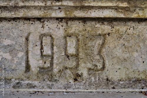 Fotografia  1993 date de construction gravée dans le ciment