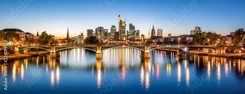 Frankfurt Skyline am Abend mit Ignatz-Bubis-Brücke, Hessen, Deutschland Wallpaper Mural