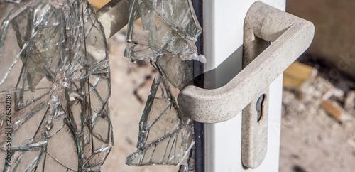 Fotomural  Kaputte Tür bei einem Einbruch